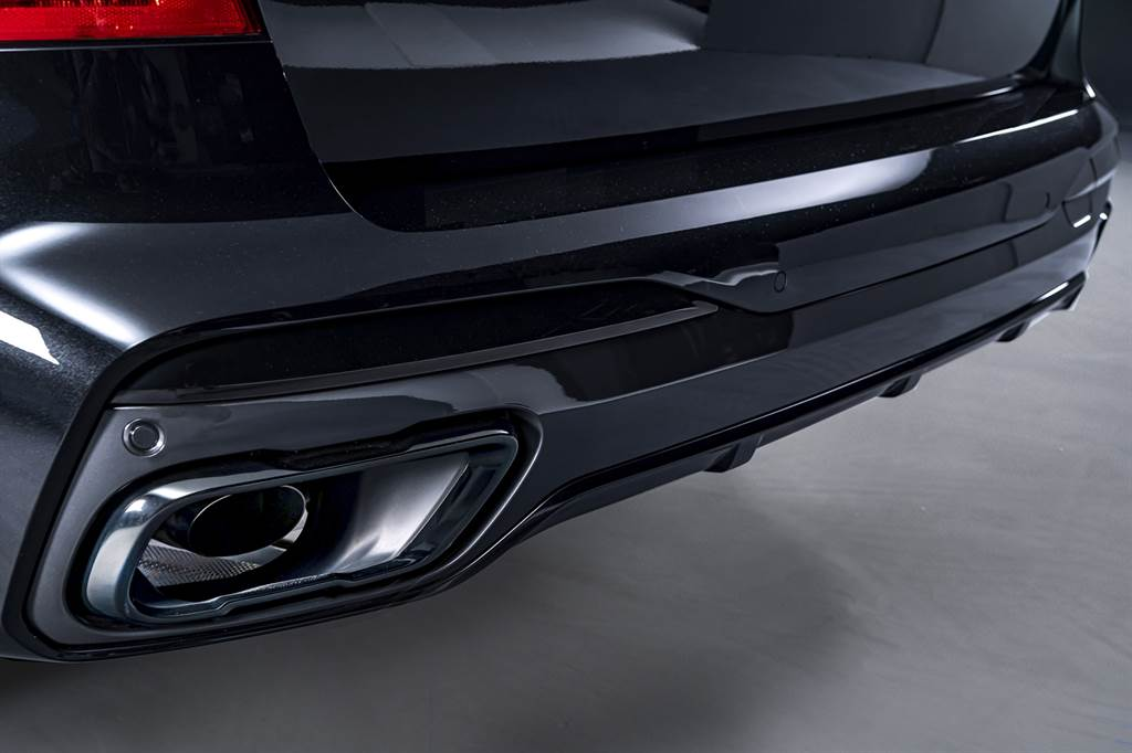 X7曜黑版標配運動化排氣系統與黑色高光澤尾飾管。