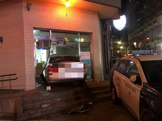 轎車飛越階梯插進警局大門 值班台員警嚇壞荷槍圍捕
