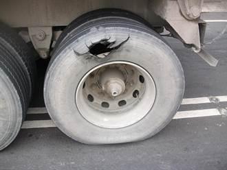 砂石車爆胎震裂小客車玻璃 駕駛無照又超載挨罰5萬6000元