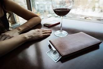 神秘女客突問「餐廳有多少員工」 服務生一看小費當場嚇瘋