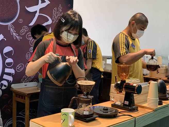 大竹國中學生邢靜慈在學習手沖咖啡中發掘興趣,他表示對於手沖咖啡時水注的高度、速度、寬度都是一大學問。(姜霏攝)