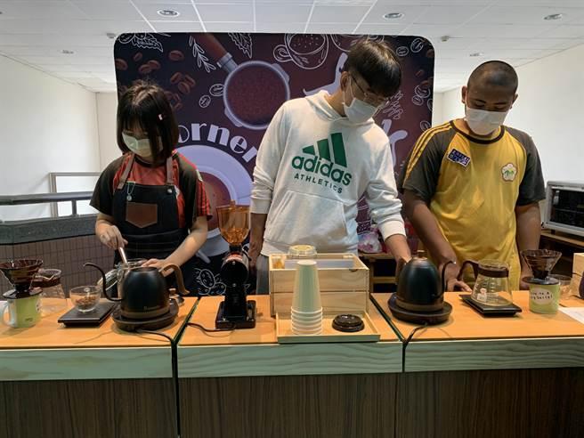 大竹國中咖啡廳「Corner Coffee」這學期正式開幕,開放校內老師購買,訓練孩童經營、對談能力。(姜霏攝)