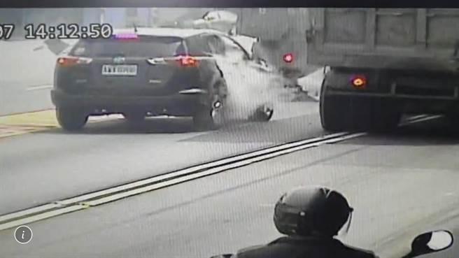 65歲林姓男子駕駛砂石車行經台17線與台1線路口停等紅燈時,左後輪突然爆胎,「震波」瞬間造成同向內車道小客車右側玻璃碎裂。(翻攝畫面/謝佳潾屏東傳真)