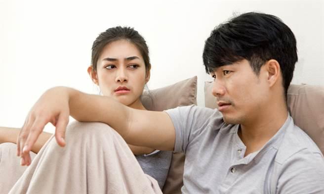 一名男網友想在買房後接母親過來和自己同住,不過女友得知後卻極力反對。(達志影像/示意圖非當事人)