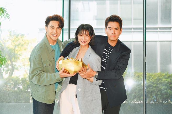 王傳一(右起)、賴雅妍、謝佳見昨合體現身新戲記者會。(三立提供)