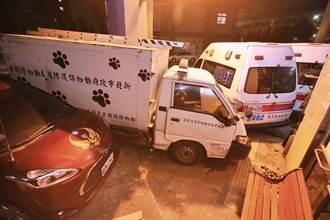 離奇連環車禍 捕犬車遭撞直衝五股消防分隊毀5輛車