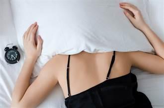 嫩妹睡覺只穿這內褲 男友上床嚇傻 老司機邪笑:1秒軟掉