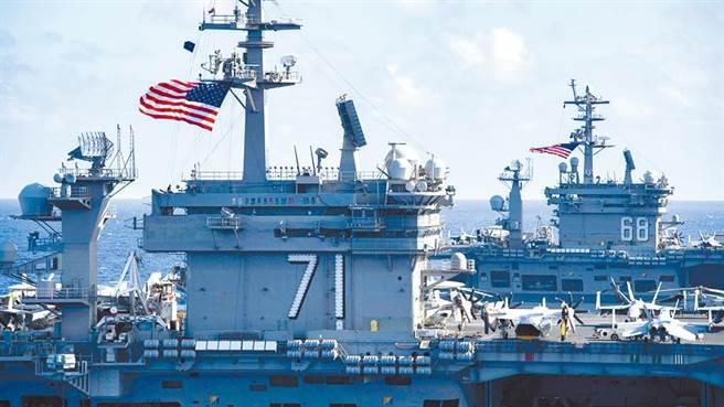 圖為「羅斯福號」(左)和「尼米茲號」(右)舉行聯合軍演。(摘自美太平洋艦隊臉書)