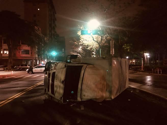 貨車被撞後翻覆,車前玻璃掉落地面,造成1死1傷,小客車當場逃逸。(讀者提供/張妍溱台中傳真)