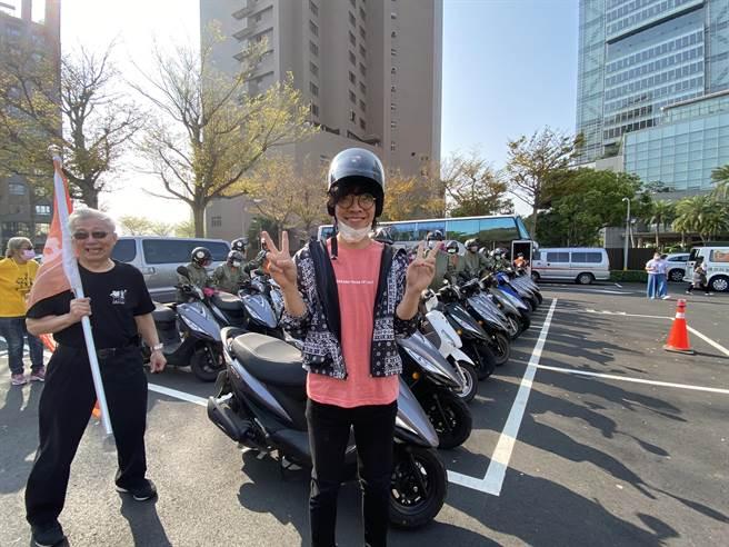 金曲獎歌手盧廣仲上午8時驚喜現身,除了加油打氣,還領騎一段路相挺。(盧金足攝)