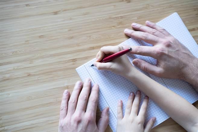 小三數學題難倒老爸,網一看秒懂直呼是奸商。(示意圖/Shutterstock)