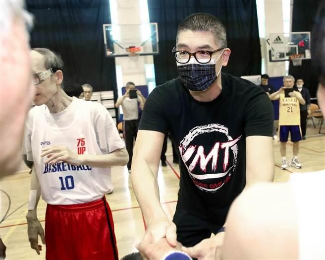 國民黨智庫副董事長連勝文18日出席老馬公益籃球表演賽,與參賽的長者握手致意。(鄭任南攝)