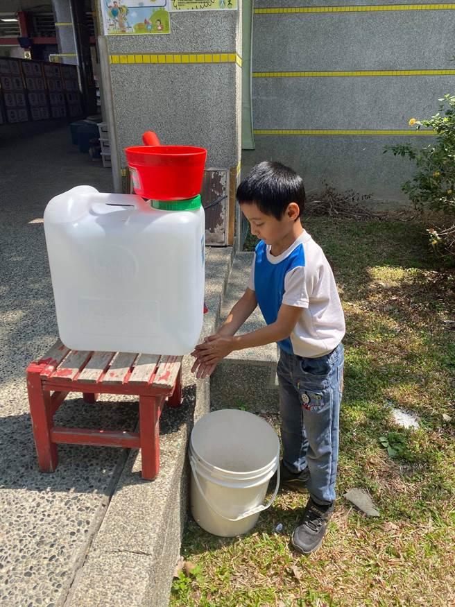 大缺水讓親愛國小的小朋友上課、上廁所都頗為不便,小朋友們利用桶裝水節約洗手。(詹素娥提供/黃立杰南投傳真)