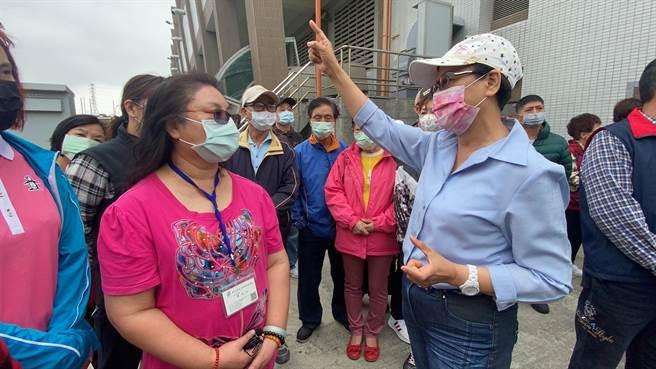 環保局專門委員陳美玲(左,桃紅衣)與新北市議員李翁月娥(白衣)對談(戴上容攝)