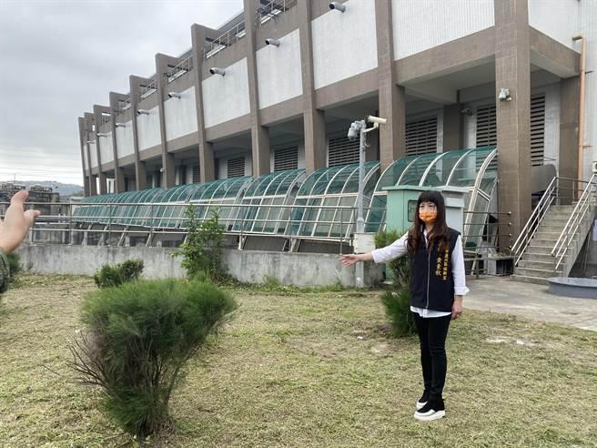 在地保新里長黃素秋指出水肥投入站位置,並表示抗議(戴上容攝)