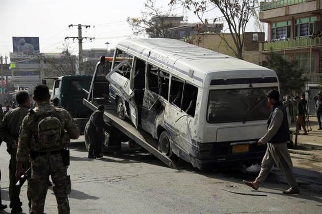 拜登才透露美軍難以如期撤離阿富汗,阿富汗便有一輛巴士在喀布爾遭炸彈擊中。(圖/美聯社)