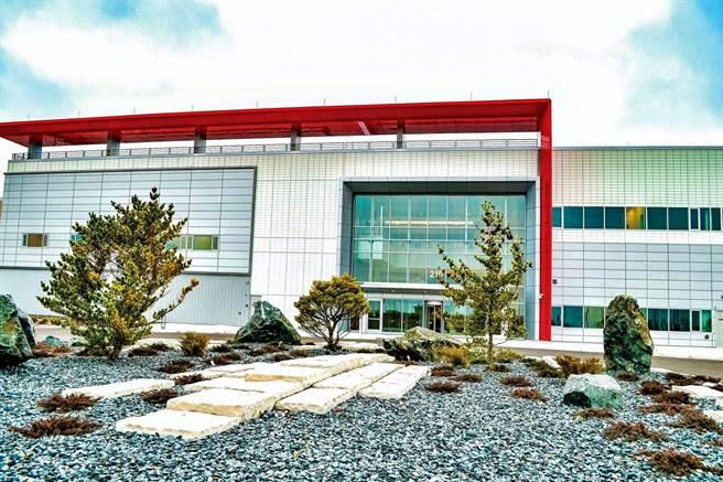 FII工業富聯18日公告,董事會通過擬斥資7762.9萬美元,買下母集團鴻海在美國威州威谷科技廠區興建中的智慧製造中心(如圖)及高效能數據中心,以擴充美國當地製造能力,因應伺服器客戶強勁需求。(取自鴻海報告書)
