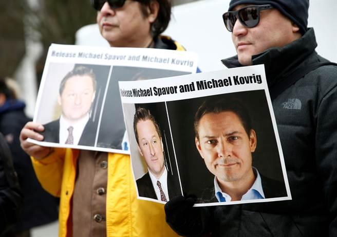 在加拿大為美國逮捕了華為公司首席財務官孟晚舟之後數天,北京也逮捕了康明凱與史帕佛。圖為孟晚舟在法院審判時,有許多加拿大人在法庭外抗議,要求中國釋放康明凱與史帕佛2人。(圖/路透)