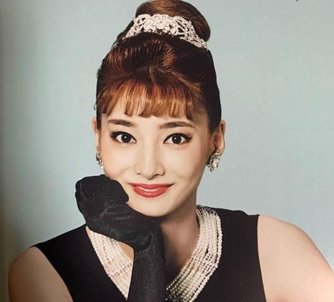 星蘭瞳在寶塚劇團時期以美貌著稱,又有「寶塚奧黛麗赫本」封號。(翻攝日網)