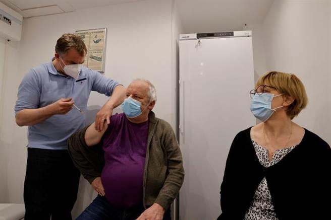 欧盟警告,打算针对英国等新冠疫苗接种率较高的国家,施加更严格的疫苗出口管制,获得德国、义大利和法国等国支持。图为法国民眾接种疫苗。 (路透)