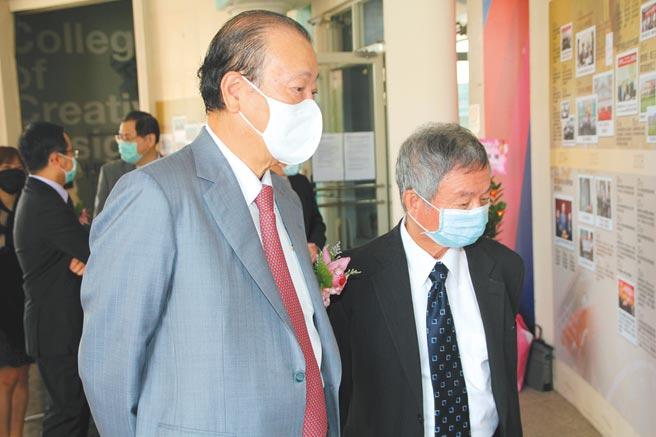 亞大20周年慶,20年前參與籌備的創辦人蔡長海(左)、前衛生署長、亞大榮譽講座教授楊志良,觀看歷史照片,回味創校至今的點點滴滴。圖/亞洲大學提供