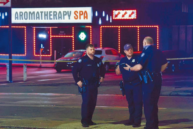 喬治亞州亞特蘭大地區有3家按摩水療館16日接連遭到槍擊,造成至少8死1傷。圖為警方在案發現場進行調查。(路透)