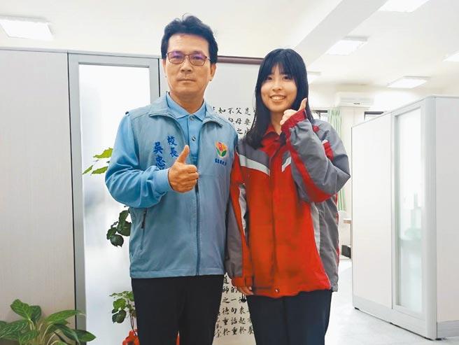 三義高中劉庭瑋(右),繁星錄取台大農經系。(三義高中提供/何冠嫻苗栗傳真)