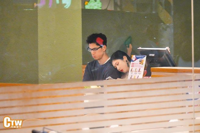 朱軒洋(左)日前被直擊約會大6歲女友Cindy,女友還把頭靠在他身上,互動親密。(時報周刊提供)