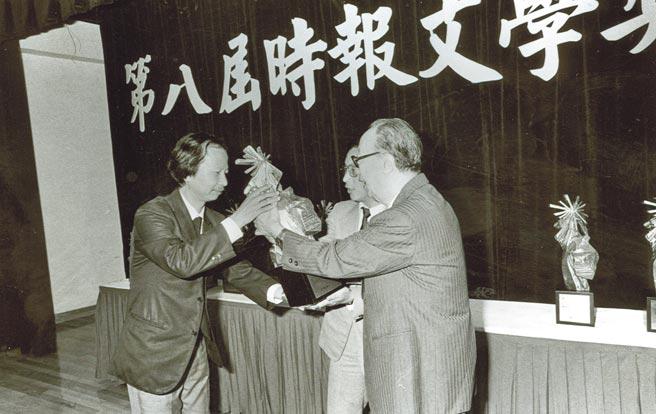 1985年10月,七等生獲頒第八屆時報文學獎小說推薦獎。(本報資料照片)