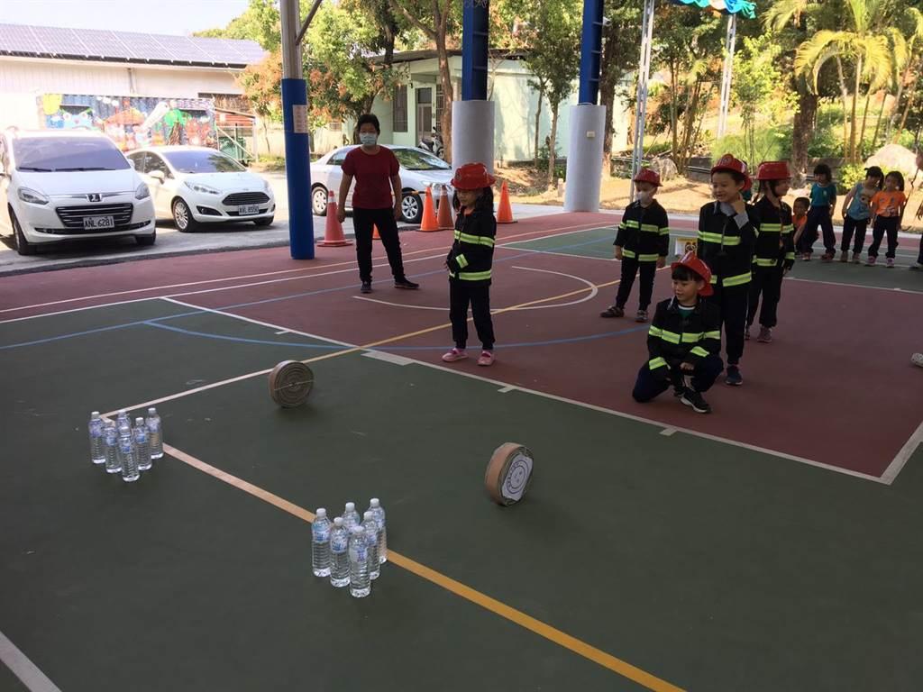 北寮國小附設幼兒園小朋友玩救災創意保齡球。(讀者提供/劉秀芬台南傳真)