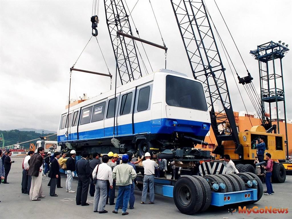 1990年,木柵線第一列電聯車運抵基隆港(圖/台北市政府)