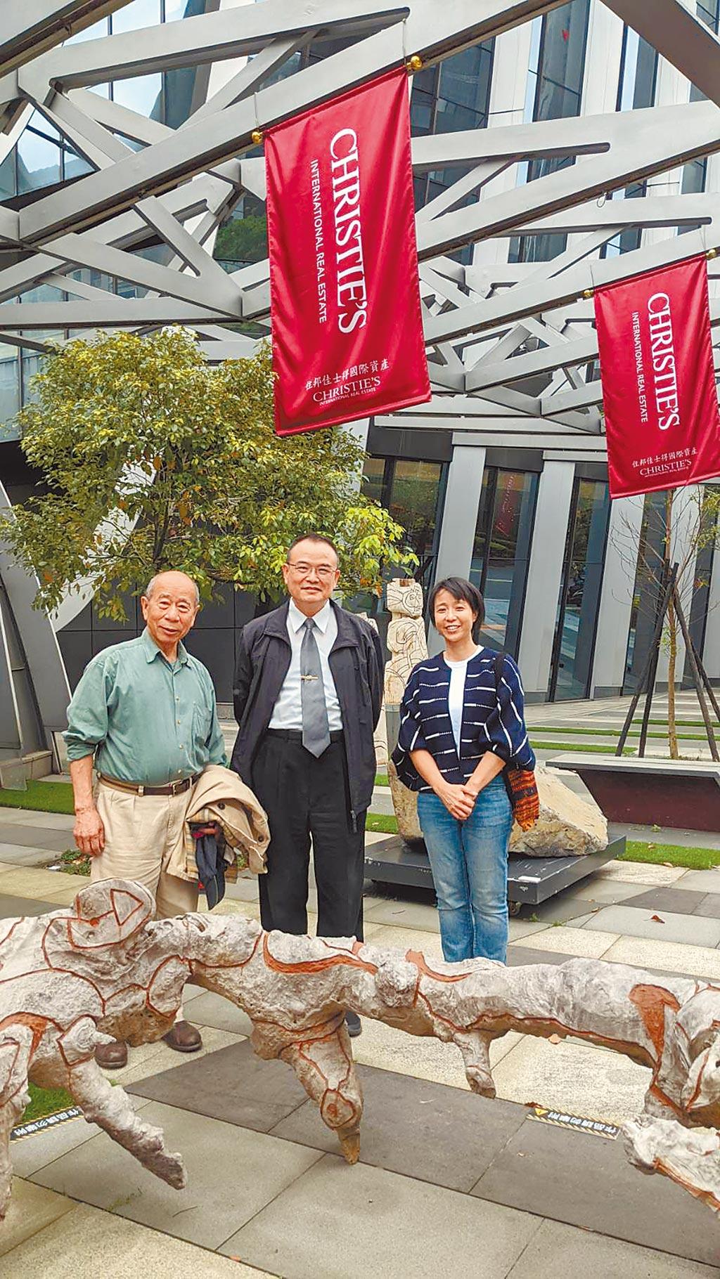 文化部政務次長蕭宗煌(中)為吳炫三父女聯展到場致意。(住邦佳士得提供)