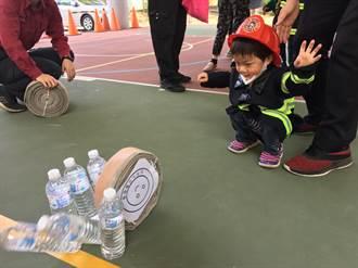 舊消防水帶捲成保齡球 南化消防分隊國小防災宣導有創意