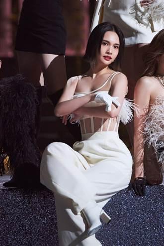 楊丞琳羽毛中空裝性感養眼 網友盛讚登微博熱搜