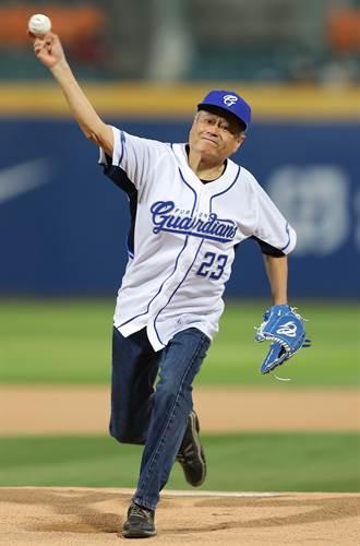 中職》開球前整理投手丘 李安笑稱:這樣拍照比較帥