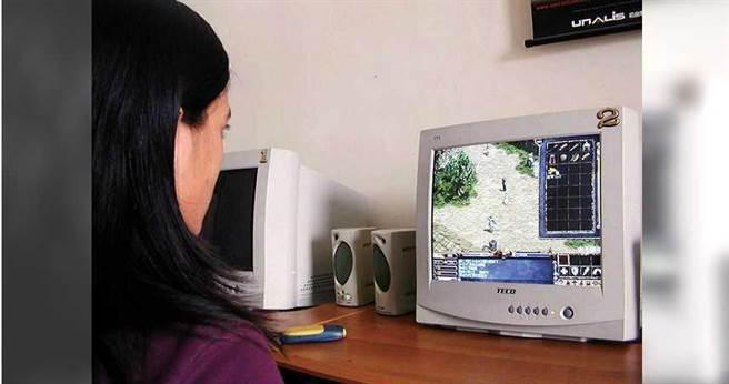 2000年,網路遊戲《天堂》剛在台灣上市,當時走進網咖,每台電腦螢幕都是《天堂》的畫面。(圖/報系資料庫)
