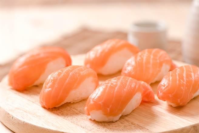 日本壽司菜單為何少見鮭?答案超意外:生魚片都用養殖鮭 - 生活