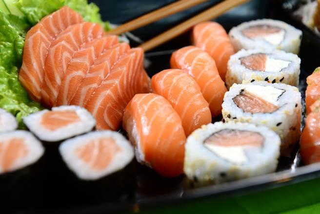 狂嗑鮭魚壽司恐出事!5大健康問題曝  營養師揭安全盤數 - 生活