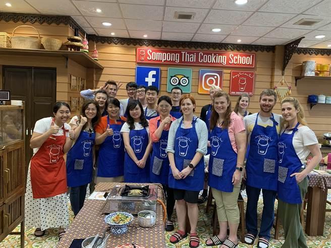 南華大學葉月嬌副教授帶領自然療癒碩士班修習「慢食與美食科學」的學生前往泰國進行移地教學,並至廚藝教室學習。(大學博覽會提供)