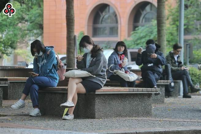 大學招聯會今日召開會議,針對受疫情影響被隔離,與因不可抗力因素滯留境外無法參加甄試的考生,啟動應變機制,而經教育部核定,目前僅1名考生符合條件,可以外加名額方式錄取。圖為台大中文系去年舉辦大學個人申請入學第二階段指定項目甄試,學子等待應試。(本報資料照)
