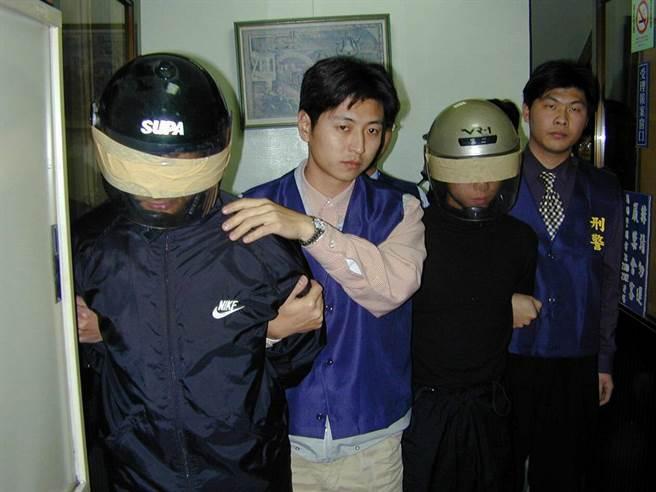 2002年1月,警方逮捕涉嫌殺害失蹤少女謝佩容犯嫌呂學展、翁志明。(中時資料照)