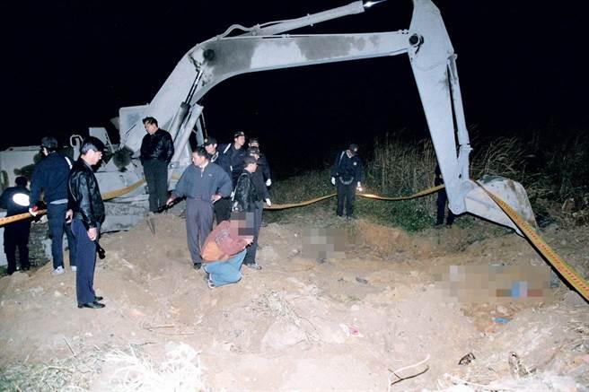 2002年1月,謝佩容父親前往指認時,當場跪下痛哭,雙手合十,指責歹徒慘絕人寰。(中時資料照)