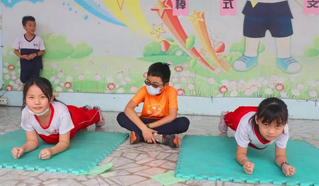 高雄漢民國小配合創校30周年校慶,為了給學生最不一樣的兒童節,除了如同以往的慶祝活動外,19日更特別舉辦「活力健康體育闖關活動」。(洪浩軒攝)