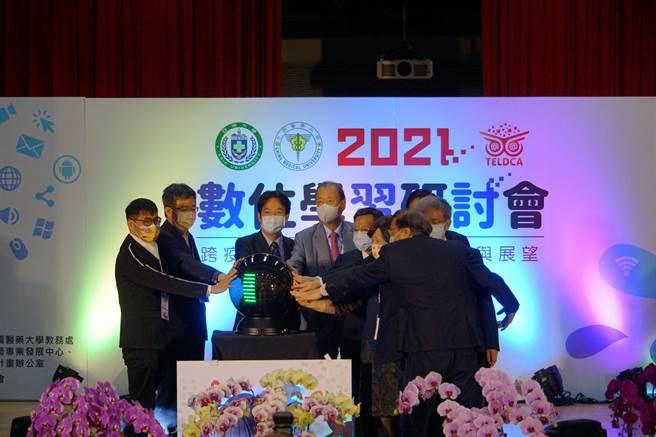 副總統賴清德(左三)、「中亞聯大」創辦人蔡長海(左四)等人,一同為「跨疫情時代-數位學習的契機與展望」研討會開幕。(林欣儀攝)