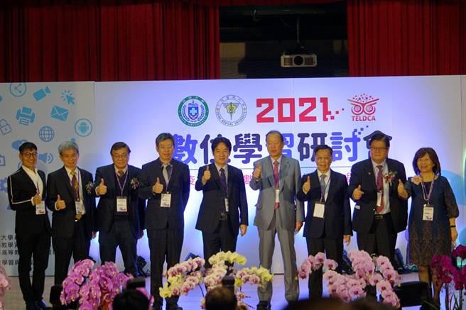 副總統賴清德(中)、「中亞聯大」創辦人蔡長海(右四)等人,一同為「跨疫情時代-數位學習的契機與展望」研討會開幕合影。(林欣儀攝)