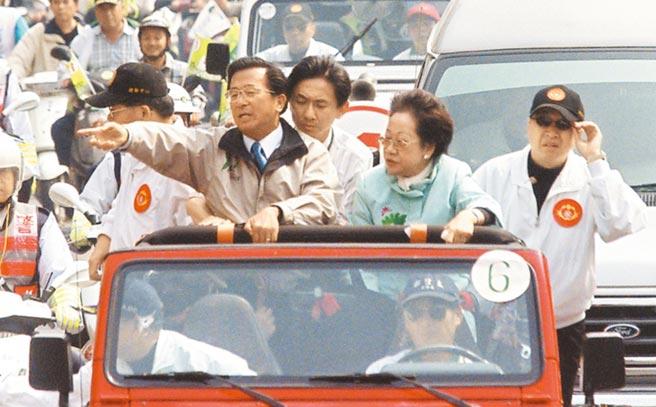 319槍擊案已過了17年,真相不明。圖為2004年3月19日時任總統陳水扁(左)與副總統呂秀蓮(右)在台南掃街拜票時意外遭到槍擊,吉普車擋風玻璃左下角,彈孔清悉可見,陳水扁仍打起精神向沿路民眾揮手致意。(本報資料照片)