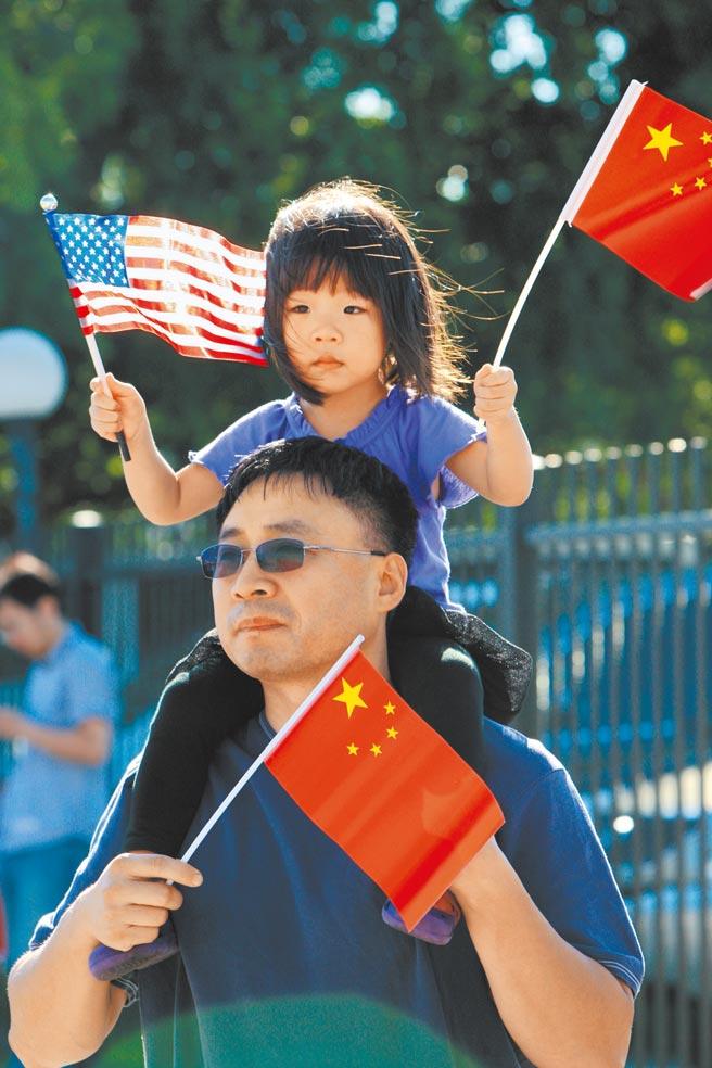 中美國安外交高層2+2戰略對話,18、19日在阿拉斯加登場。圖為2013年休士頓華人手舉兩國國旗參加十一國慶相關活動。(新華社)
