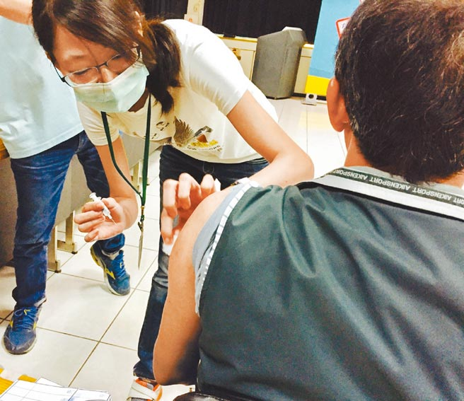 國內首批AZ疫苗最快22日施打,台南市醫護人員僅3成、5374人有意願,首波則有約4000人可優先施打。圖為流感疫苗接種。(本報資料照片)