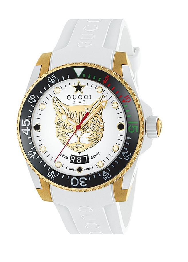 遠百信義A13 GUCCI Gucci Dive大碼40mm,白色表面飾以黃金色貓科動物圖案,白色橡膠表帶,5萬1000元。(遠百提供)