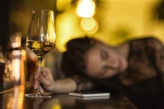 喝醉遭2男前後進攻 嫩妹以為男友求愛嬌嗔扭動